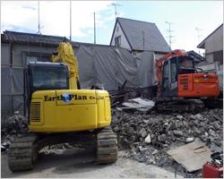 重機による建物解体1