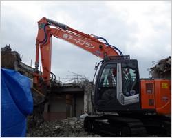 重機による共同住宅解体