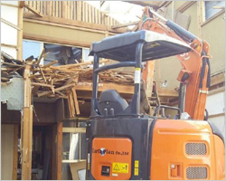 重機による建物解体